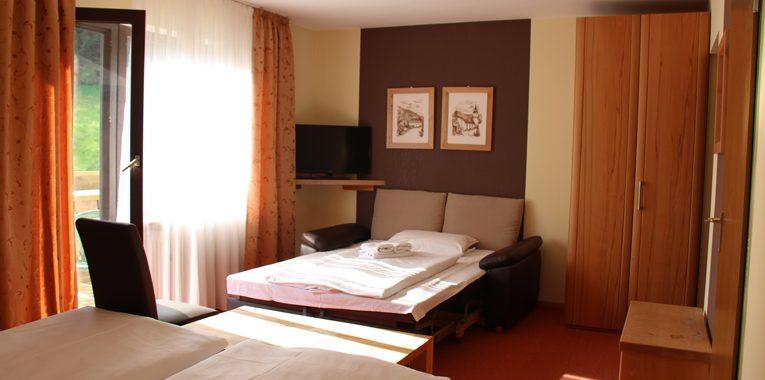 Doppelbett-Zimmer-mit-Balkon